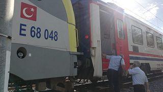 Tuzla'da duramayan tren, istasyonda bekleyen başka bir trene arkadan çarptı
