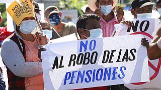 Un grupo de personas protestan en las calles de El Salvador contra la entrada en vigor del bitcóin