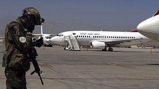 جندي من طالبان يقف في حراسة مطار حامد كرزاي الدولي في كابول، أفغانستان، يوم الأحد 5 سبتمبر 2021.