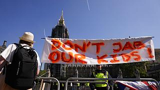 İngiltere'nin başkenti Londra'da çocuk ve gençlerin aşılanmasına karşı olan bir döviz.