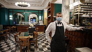 Kellner wartet auf Gäste in der Schweiz