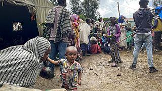 Amhara'da yaşayan ve evlerini terk etmek zorunda kalan siviller.