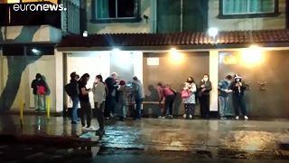 Az utcán várakoztak sokan órákon át