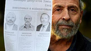 Gerçek Boris Vishnevsky aday tanıtım broşürünü gösteriyor