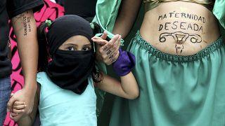 مظاهرة تطالب بإعطاء المرأة الحق في الإجهاض في إطار اليوم العالمي للإجهاض، في غوادالاخارا ، المكسيك، في 28 سبتمبر / أيلول 2020.