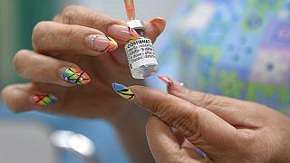 Pfizer-ampulla egy nővér kezében