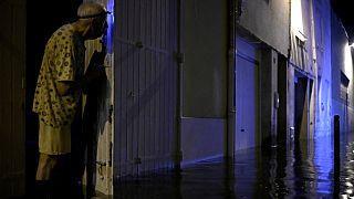 Un habitant d'Agen constatant la montée des eaux dans sa rue