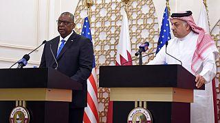 وزير الدفاع الأمريكي لويد أوستن يتحدث خلال مؤتمر صحفي مشترك مع رئيس الوزراء ووزير الخارجية القطري محمد بن عبد الرحمن آل ثاني في الدوحة، قطر.