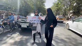 متظاهرة أفغانية تبلغ من العمر 20 عاما تؤكد أن الموت أفضل من المكوث في البيت
