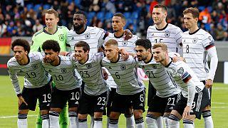 A equipa tuitular da Alemanha posa para a foto antes do jogo na Islândia