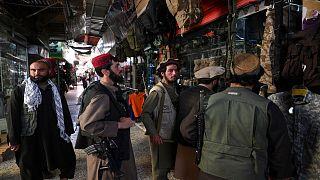 Kabil'de Taliban militanları bir mağazanın önünde