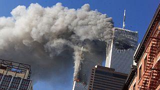Rauch steigt von den brennenden Zwillingstürmen des World Trade Centers in New York City auf, nachdem entführte Flugzeuge in die Türme gestürzt waren. 11. September 2001.