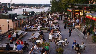 Gäste einer Bar in Stockholm, 1.7.2021