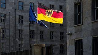 پرچم آلمان و اتحادیه اروپا در برابر ساختمان وزارت امور دارایی در برلین