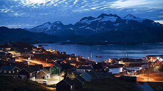 Die Sonne geht unter in Tasiilaq, Grönland. 16. August 2019.