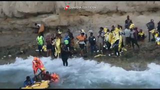 Los migrantes rescatados cerca de Lampedusa, en condiciones complicadas por el oleaje