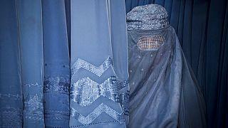 امرأة أفغانية في متجر في مدينة كابول القديمة بأفغانستان، الخميس 11 أبريل / نيسان 2013