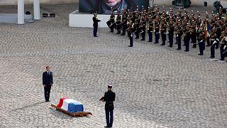 الرئيس الفرنسي أمام جثمان بلموندو