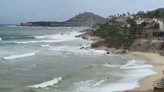 الإعصار أولاف يزداد قوة ويضرب سواحل المسكيك