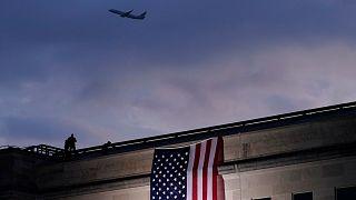 Foto de archivo: un avión despega del Aeropuerto Nacional Reagan de Washington mientras se despliega una gran bandera estadounidense en el Pentágono.