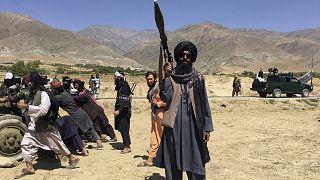 Tálib katona őrt áll valahol Pandzsír tartományban