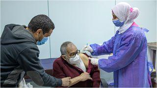 رجلٌ يتلقّى لقاحاً مضاد لفيروس كورونا في مستشفى النزهة بالعاصمة المصرية القاهرة
