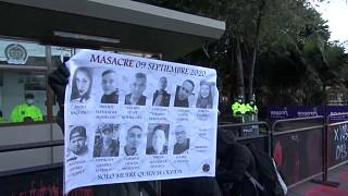 Un cartel muestra las fotografías de los 11 fallecidos en Colombia el 9 de septiembre de 2020 en las protestas contra la violencia policial
