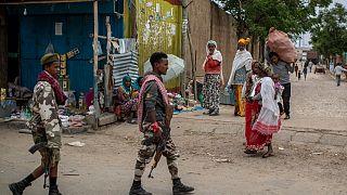 مقاتلون موالون للجبهة الشعبية لتحرير تيغراي يتمشون في بلدة هوزن، 7 مايو 2021