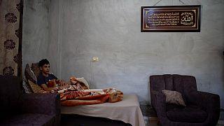 طارق الزبيدي في فراشه بعد أكثر من أسبوعين على تعرضه لهجوم من مستوطنين إسرائيليين