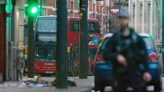 Helyszínt biztosító rendőr tavaly februárban Londonban, egy késeléses merénylet után