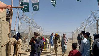 Afgán emberek érkeznek Pakisztánba a csamani határátkelőnél, a tálib hatalomátvétel után