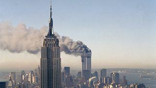 الدخان يتصاعد من برجي التجارة بعد اصطدام الطائرتين بهما