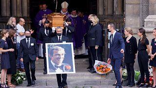 صورة وتابوت جان بول بلموندو بعد مراسم جنازة الممثل الفرنسي الراحل في كنيسة سان جيرمان دي بري في باريس، 10 سبتمبر 2021
