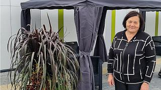 داليا لوكوسكين ، التي تنظم السوق في راسينيا.