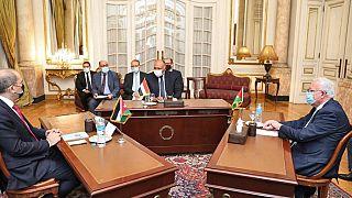 Mısır Dışişleri Bakanı Sameh Shoukry'nin (ortada) mevkidaşları Ürdün Bakanı Ayman Safadi (solda) ve Filistin Bakanı Riyad al-Maliki (sağda)