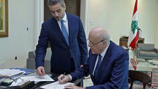 رئيس الوزراء المكلف نجيب ميقاتي يوقع مرسوم تشكيل حكومة لبنانية جديدة.