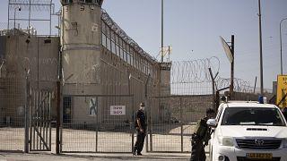 أمام أحد السجون الإسرائيلية