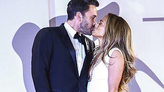 Ben Affleck y Jennifer López se dan un beso en la alfombra roja de Venecia