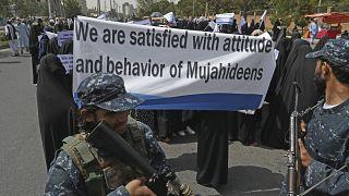 """شاهد: مئات الأفغانيات المنقبات """"راضيات بسلوك المجاهدين"""" يحتشدن بجامعة كابول لدعم طالبان"""