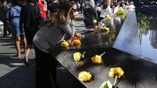 Une femme se recueille au mémorial du 11 septembre à New York lors de la cérémonie du 20ème anniversaire des attentats, New York le 11 septembre 2021