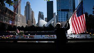 Az Egyesült Államok lobogóját tartja Germano Rivera a New York-i Ground Zero emlékműnél 2021. szeptember 11-én