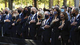 US-Präsident Joe Biden mit seiner Frau und Ex-US-Präsident Obama am 11.9.2021