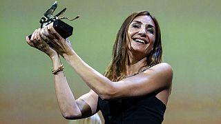 La réalisatrice Audrey Diwan recevant le Lion d'Or.