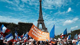 """""""Não ao certificado digital"""", lê-se num cartaz junto à Torre Eiffel"""