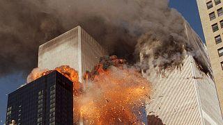النيران تتصاعد من برجي التجارة العالمي في مدينة نيويورك بالولايات المتحدة جراء هجمات نفذها إرهابيون بطائرات مخطوفة في 11 أيلول/سبتمبر