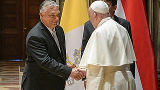 Poignée de main entre le pape François et le Premier ministre Viktor Orban
