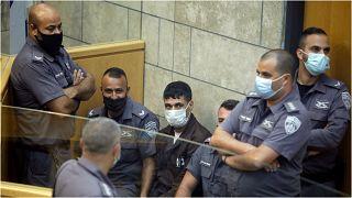 الأسير محمود عارضة محاطاً بضباط الشرطة داخل المحكمة بمدينة الناصر شمال إسرائيل السبت 11 أيلول/سبتمبر 2021