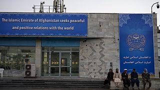 شاهد: الشرطة الأفغانية تعود للانتشار عند نقاط التفتيش في محيط مطار كابول