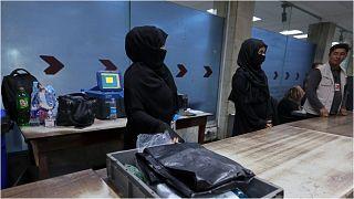صورة لموظفات أفغانيات في مطار كابول لا يزلن على رأس عملهنّ الأحد 12 أيلول/سبتمبر 2021