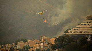 Πυροσβεστικό ελικόπτερο επιχειρεί στις μεγάλες δασικές πυρκαγιές στην Ανδαλουσία